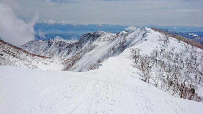 左からお釜、外輪山(稜線)、滑走斜面