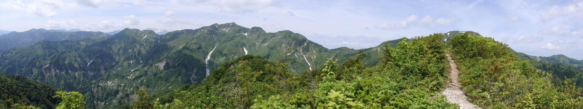 アカモノの頂き付近から、右、大笠山。左、笈ケ岳。 その左に小さく白山。