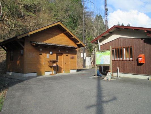 木地山バス停の綺麗なトイレ(左)ちなみにこのスペースは駐車禁止