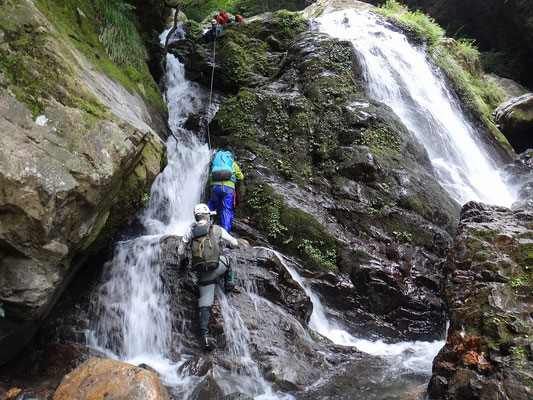 二条二段18m滝にやってきました。ここも確保しながら登ります