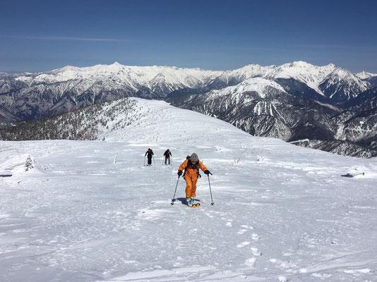 焼岳、穂高連峰を背に あと少しで猫岳山頂です。