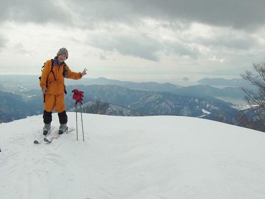横山岳山頂にて北湖をバックに