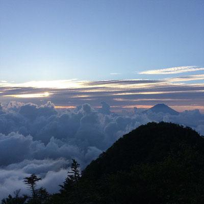 翌朝の日の出。雲海がダイナミック