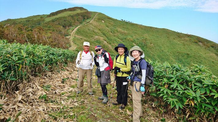 山頂をバックに6合目にて、広い登山道です