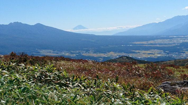 左、八が岳連峰。富士山、右、南アルプス