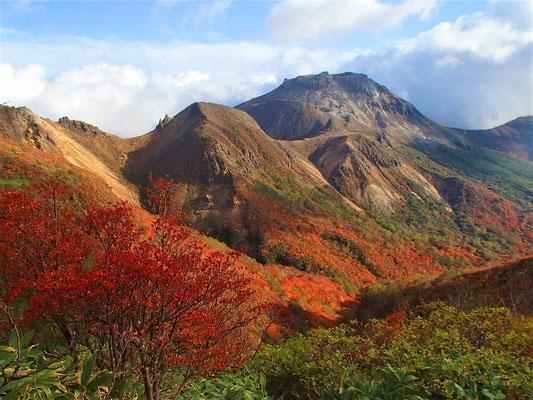 隠居倉へと続く熊見曽根からの景色です。(高いのが茶臼岳)