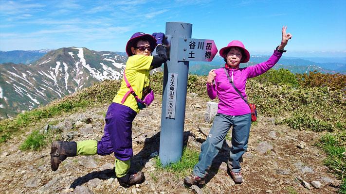 万太郎山山頂(1,954.1m)到着。ここで半分かな
