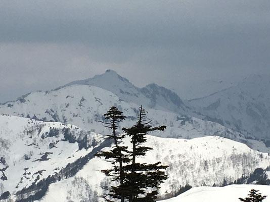 山頂から笈ヶ岳アップ