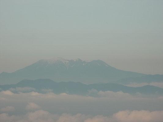 御嶽(山頂付近は火山灰で白いのか?)アップ