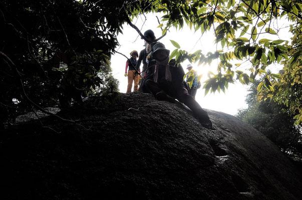 ⑪八丈岩に登る