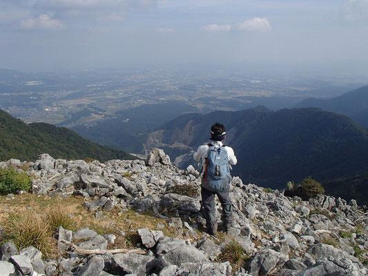 南尾根を下って治田峠を目指します。
