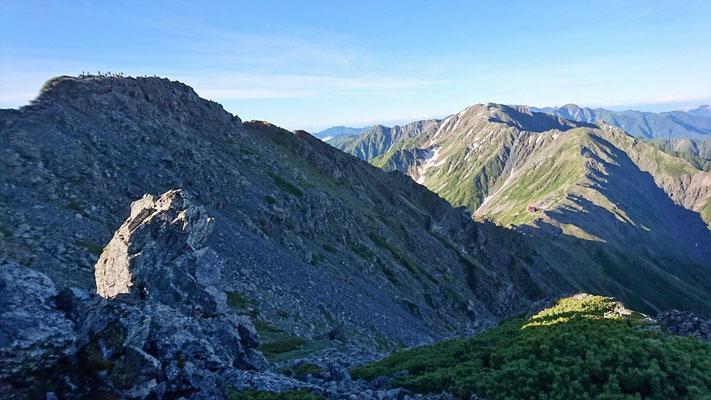 左、北岳(3,193m)山頂  右、間ノ岳に続く稜線
