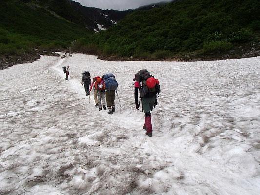 涸沢の手前で、雪渓歩き