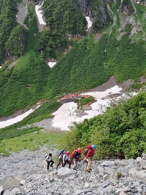 急なガレ場登りが続きます