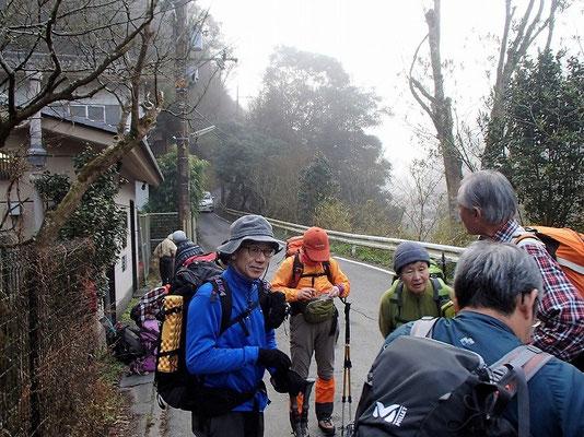 清滝バス停付近のここから登山開始