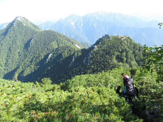 左端が唐沢岳、右の大きいのが餓鬼のコブ ゆくはK西さん