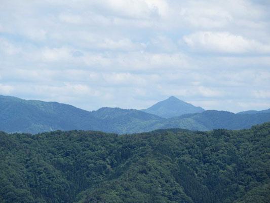 賤ケ岳山頂から、尖がり山の蕎麦粒(そむぎ)山アップ