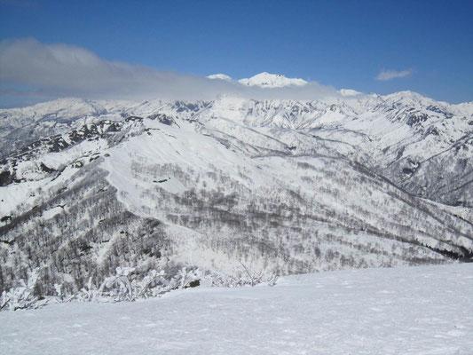 野伏ケ岳山頂から薙刀山と白山