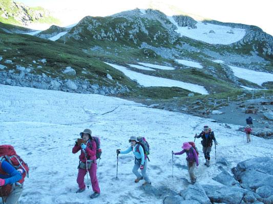 しかし、雪渓が6ケ所。早朝なので凍ってるところも