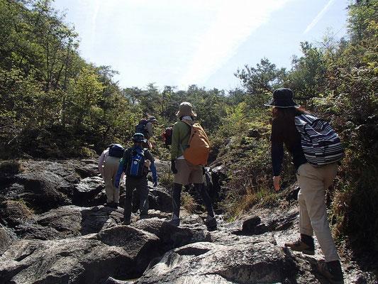 岩盤の沢を登ります