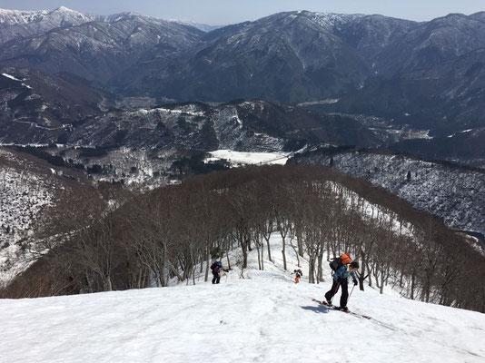 鶴平新道の尾根を登っていきます。