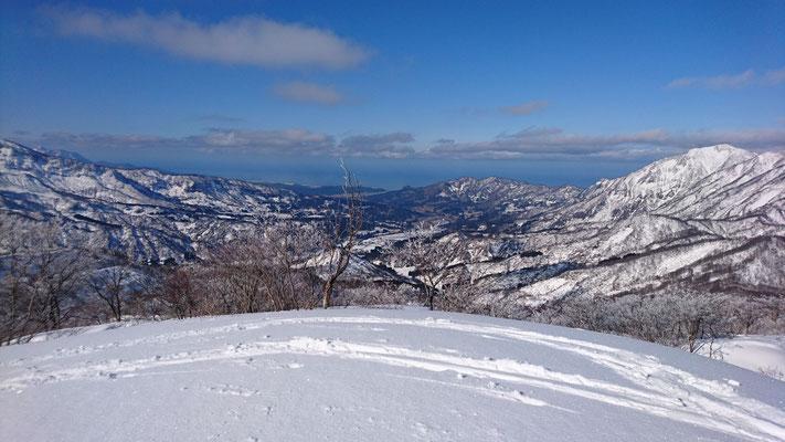山頂から日本海 右の山は鉾ケ岳、権現山