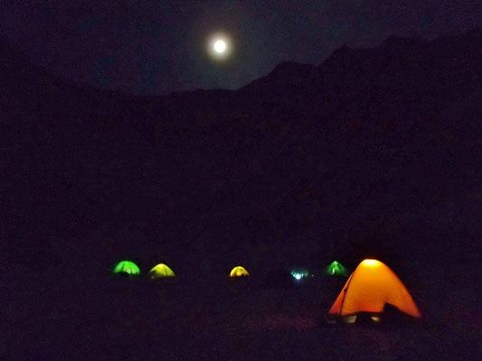 優雅に見えてますが、この夜は、テントが飛ばされるような風でした