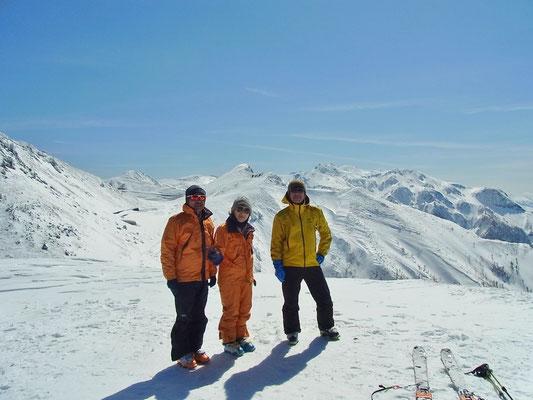 猫岳山頂で乗鞍本峰をバックに3人で