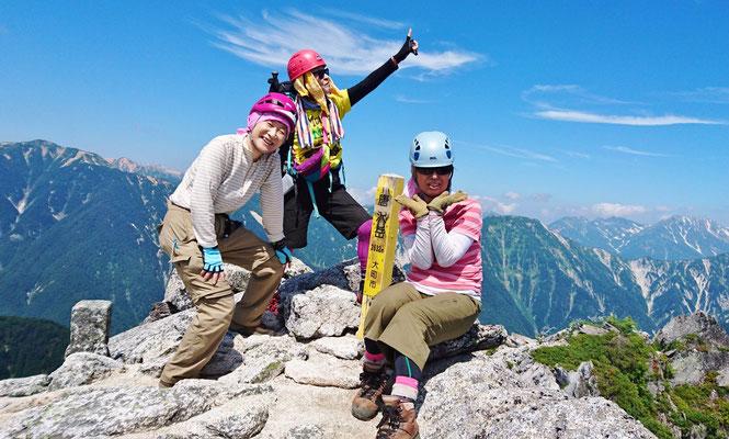 唐沢岳(1,632.4m)にて アルプスのど真ん中、たたずむ3人の山女