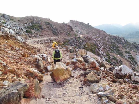 登山道脇には蒸気が、たち登るところも。地面が熱い。