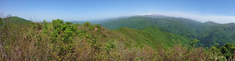不惑新道稜線から左端、富士写ケ岳。右、白山