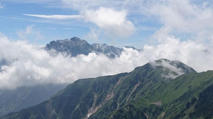 毛勝山山頂(2,414.4m)から剱岳