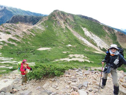 後ろは根石岳(2603m)です。天狗岳山頂まであと少し