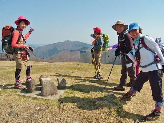 9:08 3座目、蓬莱山(1,173.9m)あちらが今日の最終目標の武奈ケ岳