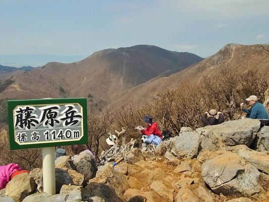 二度目の山頂から、正面に御池岳右端に天狗岩