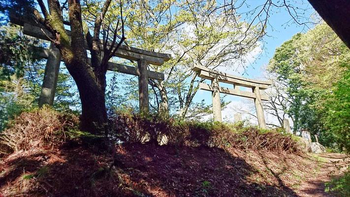 弘法大師建立と伝承されている「二ツ鳥居」