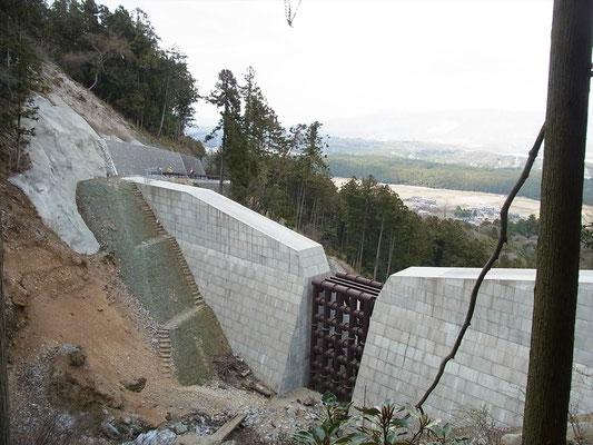 高さ20程ある巨大な堰堤脇の階段を登ります