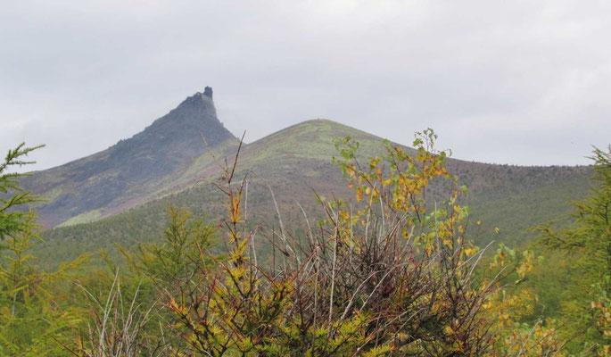 左手に北海道駒ヶ岳の雄姿が。尖がりが山頂です