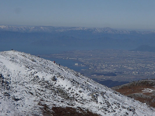 霊仙山の向こうには琵琶湖とその向こうの山々が見えてます