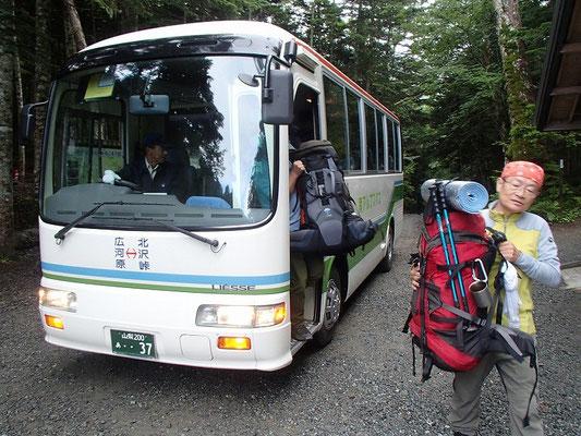 北沢峠で南アルプス登山バスを乗り継ぐ
