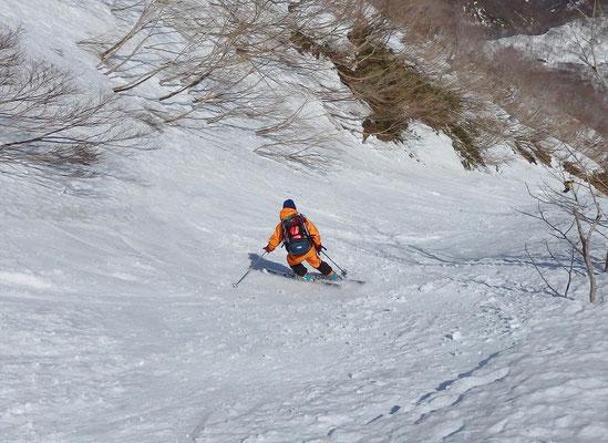 野伏ケ岳中央ルンゼを滑る私