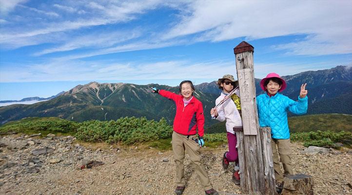 北ノ俣岳(2661.2m)山頂で薬師岳をバックに