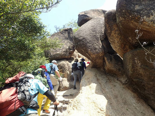 風化した花崗岩の砂は滑りやすい