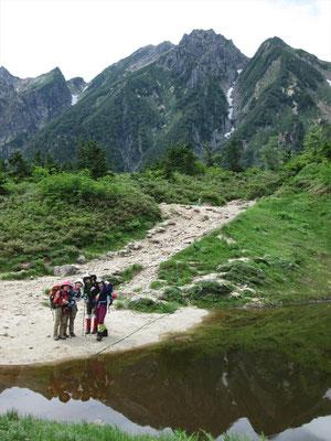 西遠見山(2190m)にて池に映る逆さ五竜