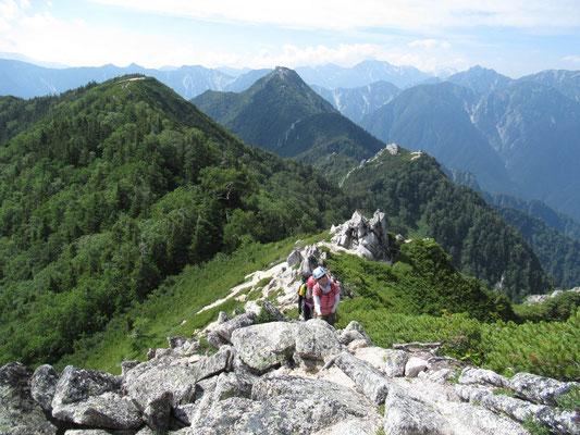 左、餓鬼の展望台。中央、唐沢岳。その右下に餓鬼のコブ