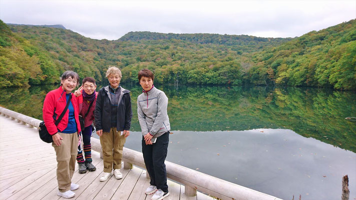 車で移動して、蔦沼に寄ります。左に八甲田赤岳が見えています。