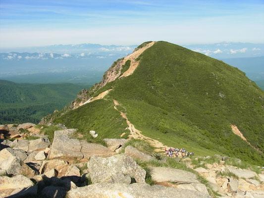 東天狗山頂から西天狗岳を写す。登り返しがきつそう。