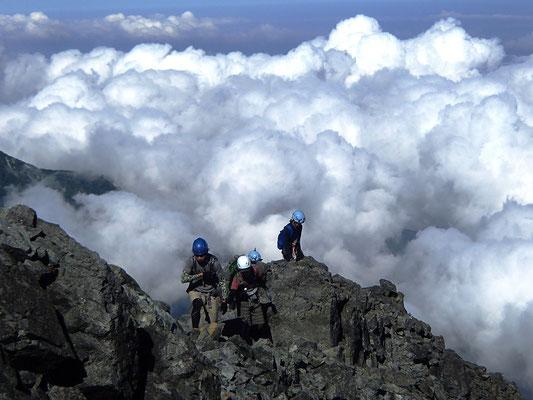 登頂後尾根の西側には雲が湧いてきた