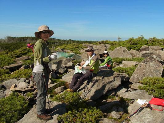 中山展望台でまったりと眺望と時間を楽しむメンバー