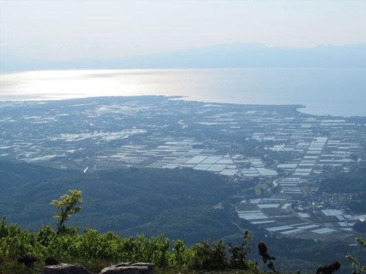7:58蛇谷ケ峰山頂(901.7m)到着。朝日に輝く湖面